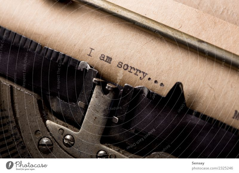 Es tut mir leid - Textnachricht Büro Buch Papier alt schreiben retro weiß Inspiration Kreativität Schreibmaschine altehrwürdig Entwurf Brief Schriftsteller
