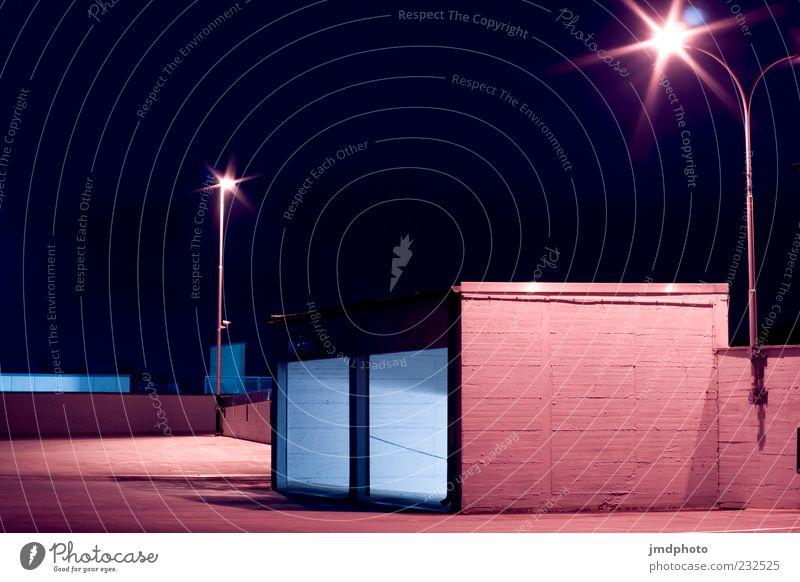 Parkdeck Ein- und Ausfahrt Umwelt Nachthimmel Menschenleer Parkhaus Parkplatz Einfahrt fahren bedrohlich dunkel eckig hoch oben blau violett schwarz Angst ruhig
