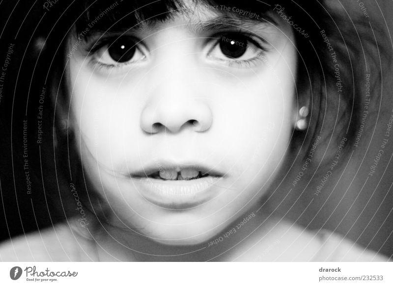 Mensch Kind weiß Mädchen Einsamkeit schwarz Gesicht Auge Kindheit Angst Nostalgie schwarzhaarig Irritation unschuldig 3-8 Jahre Zweifel