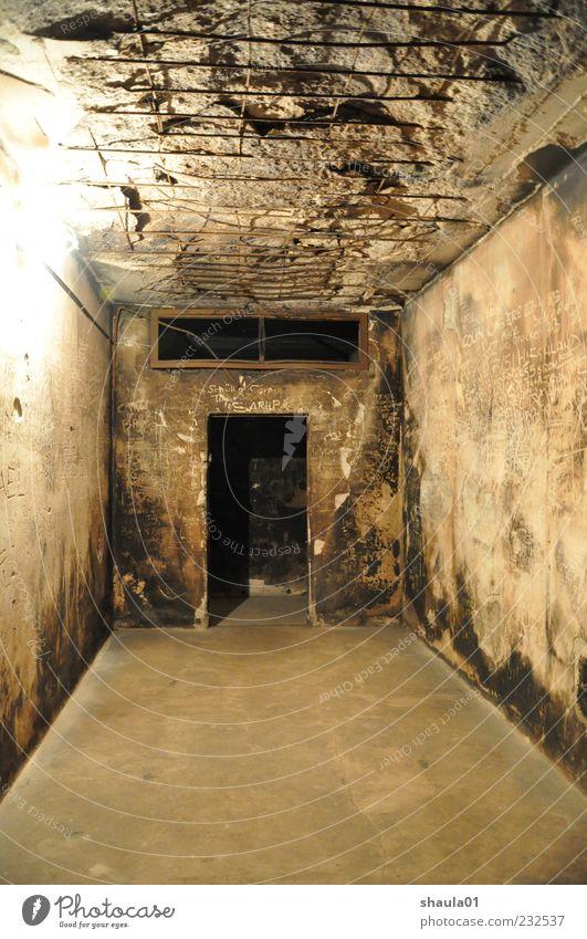 Bunker Ruin alt Einsamkeit schwarz dunkel Wand Mauer Beleuchtung braun Angst dreckig Beton Schriftzeichen bedrohlich Vergänglichkeit unten gruselig