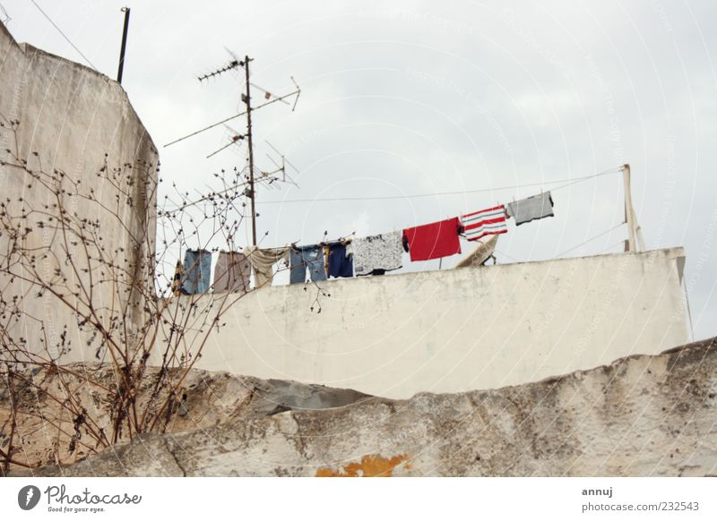 weiß rot Haus Leben Wand grau Mauer Dach Bauwerk Gelassenheit Kleinstadt