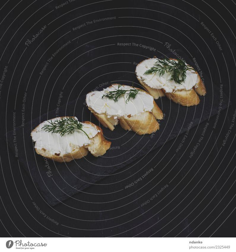 Sandwiches mit Frischkäse Käse Brot Frühstück Tisch Essen dunkel frisch oben schwarz weiß cremig Sahne Scheibe Belegtes Brot Gesundheit Hintergrund Lebensmittel