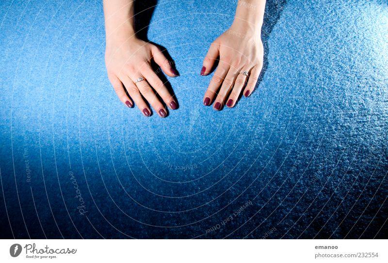 Hand drauf Mensch Jugendliche blau schön feminin Gefühle elegant Haut Finger ästhetisch Boden Lifestyle Junge Frau Warmherzigkeit Wellness