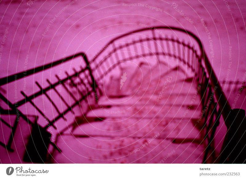 Die meisten Unfälle passieren vor dem Haushalt Winter kalt Schnee hoch Treppe gefährlich bedrohlich violett Geländer Zaun skurril Risiko Treppengeländer Kurve
