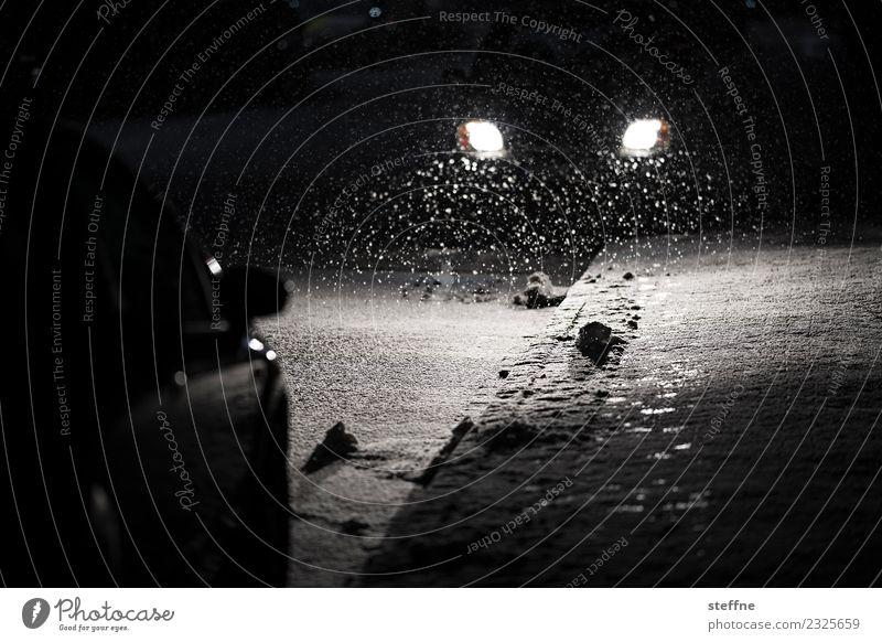 Es schneit Winter Schnee Schneefall Verkehr Straßenverkehr Autofahren Verkehrsunfall PKW dunkel Glätte Glatteis Autoscheinwerfer Außenaufnahme Menschenleer