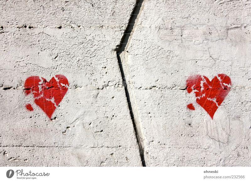 600 - Love will tear us apart rot Wand Graffiti grau Mauer Gebäude Zusammensein Fassade Herz Beton Bauwerk Zeichen Schmerz gebrochen Trennung Verzweiflung