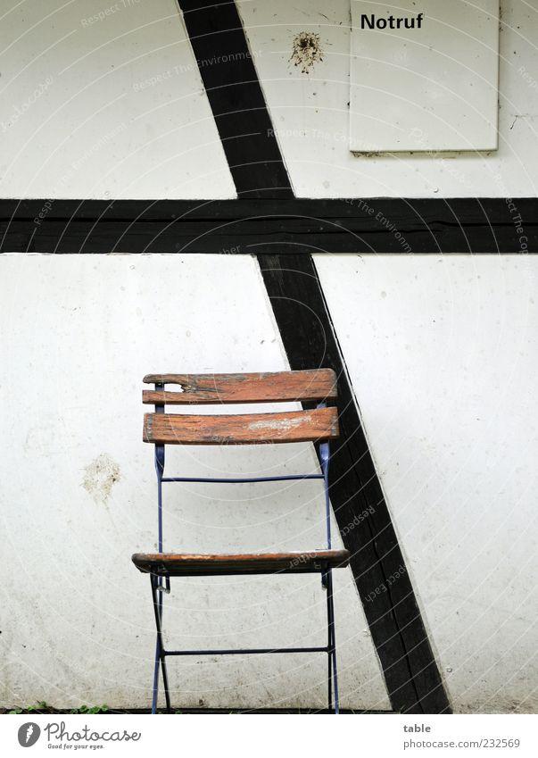 warten alt weiß schwarz Wand Holz grau Stein Mauer Gebäude braun Fassade Schriftzeichen Stuhl Bauwerk Kreuz Fachwerkfassade