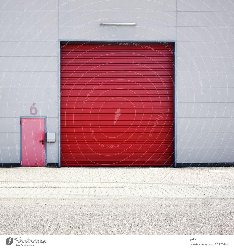 6 Industrieanlage Fabrik Bauwerk Gebäude Architektur Mauer Wand Fassade Tür Tor grau rot Farbfoto Außenaufnahme Menschenleer Textfreiraum unten Tag Rolltor