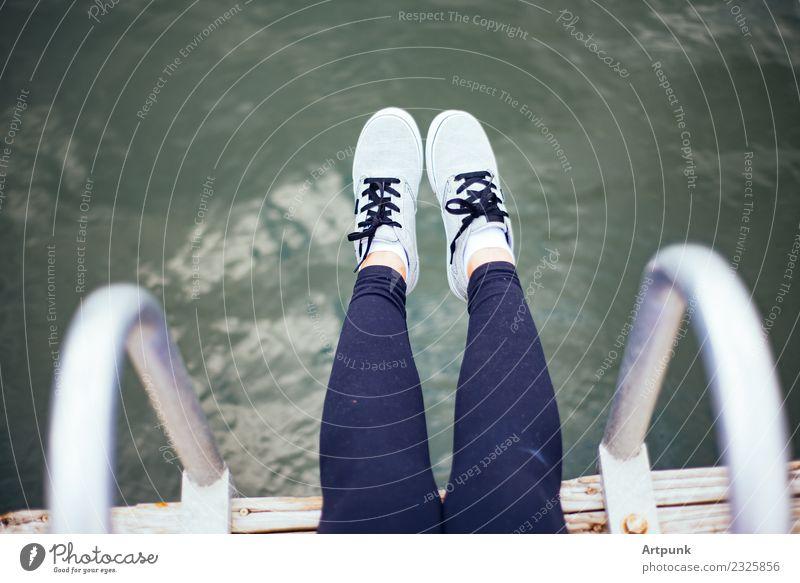 Füße, die vom Dock baumeln. Fuß Schuhe Turnschuh Wasser Holz Kniestrümpfe Leggings Strand Schuhbänder Ferien & Urlaub & Reisen Frau 18-30 Jahre Jugendliche