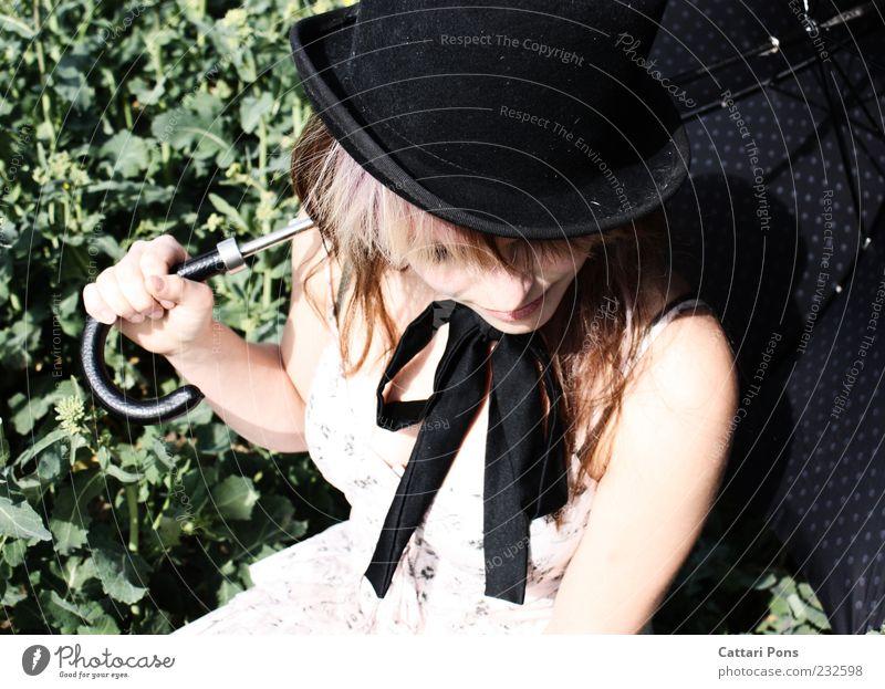 White Rabbit Mensch Frau Jugendliche weiß schwarz Erwachsene feminin Junge Frau Stil außergewöhnlich sitzen warten Kleid festhalten Regenschirm Hut