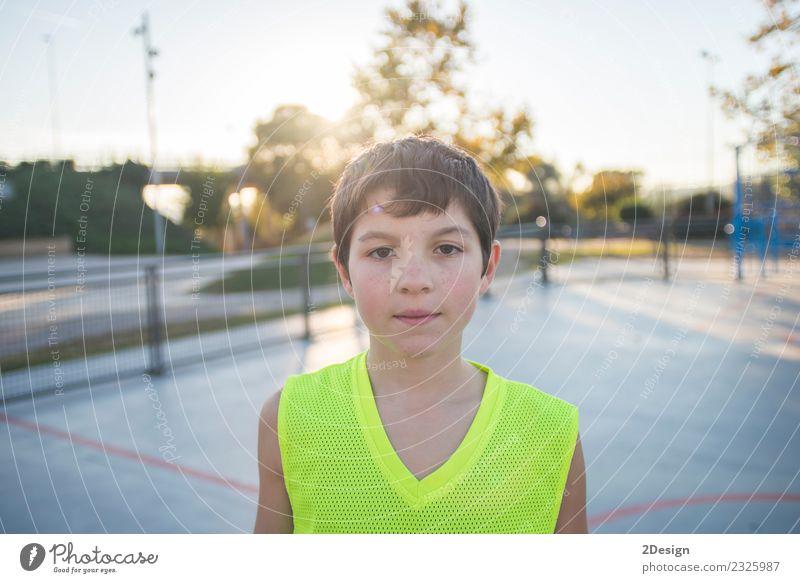 Lässig gekleidetes junges Teenagerporträt im Freien Lifestyle Freude Erholung Sommer Sport Kind Mensch Mann Erwachsene Jugendliche Bekleidung stehen gelb