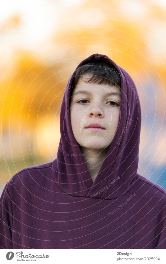Porträt eines kleinen attraktiven Jungen mit roter Kapuze im Freien Lifestyle schön Gesicht Kind Mensch Mann Erwachsene Kindheit Natur Herbst Park Mode Lächeln