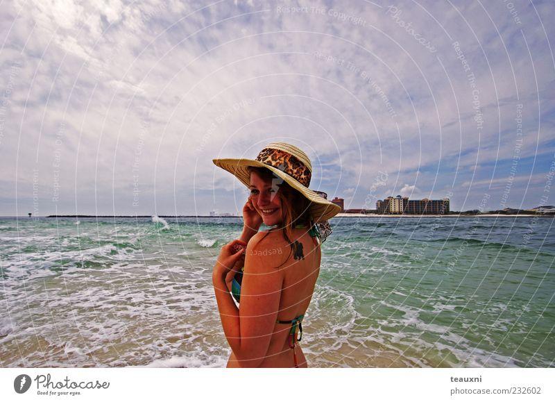 Sonnenhut Strand Meer feminin Junge Frau Jugendliche 1 Mensch 18-30 Jahre Erwachsene Bikini Hut drehen Freude Lebensfreude selbstbewußt Erholung Ferne
