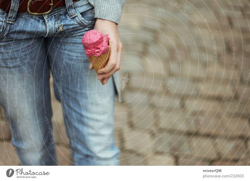 Ice Ice Baby. Jugendliche Hand Sommer Freude Lebensmittel Kindheit rosa Speiseeis Jeanshose festhalten Kugel Kopfsteinpflaster genießen lecker Gürtel