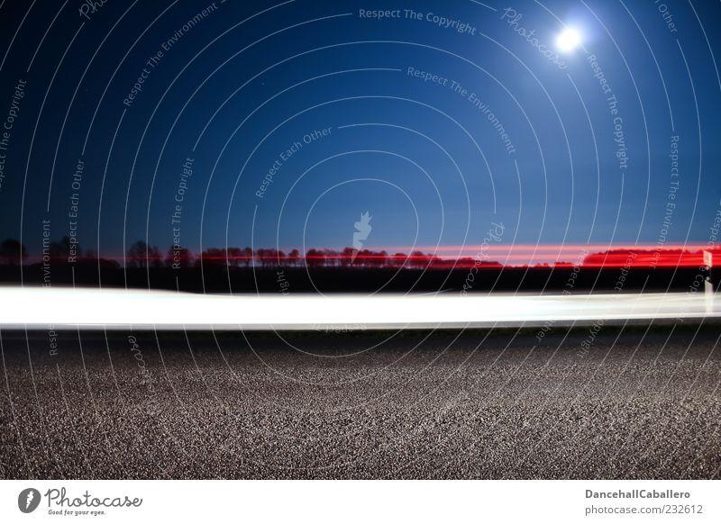 Mitternachtsverkehr blau weiß rot schwarz Straße PKW Verkehr Geschwindigkeit leuchten fahren Asphalt Spuren Mobilität Mond Dynamik Scheinwerfer