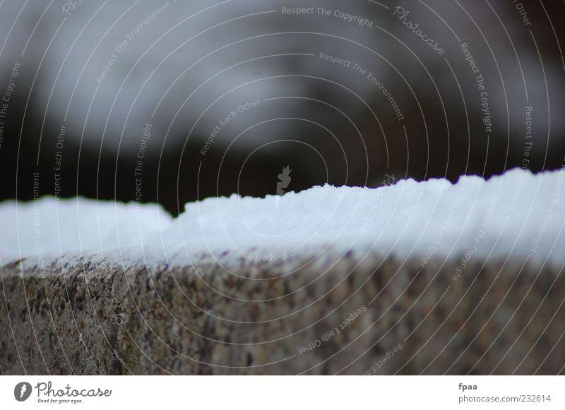 Beschneite Mauer Umwelt Natur Urelemente Winter Klima Wetter Schnee Stein Beton ästhetisch authentisch dunkel einfach natürlich trist grau weiß Stimmung