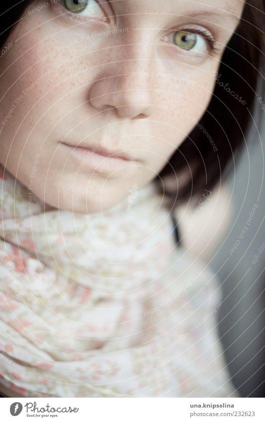 rose clair feminin Junge Frau Jugendliche Erwachsene 1 Mensch 18-30 Jahre Accessoire Schal schwarzhaarig brünett weich rosa geblümt Muster zart Farbfoto