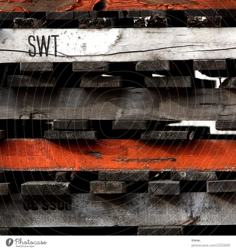 Wort mit drei Buchstaben alt Holz hell orange Schilder & Markierungen Schriftzeichen Buchstaben Dienstleistungsgewerbe Riss Gleichgewicht parallel Holzbrett Stapel Lager Maserung Ware