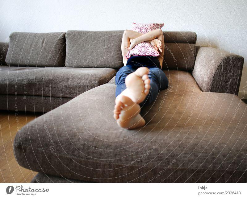 Ablehnung: Montag! Lifestyle Stil Erholung ruhig Freizeit & Hobby Häusliches Leben Sofa Frau Erwachsene Körper Fuß Frauenfuß 1 Mensch 30-45 Jahre Kissen liegen