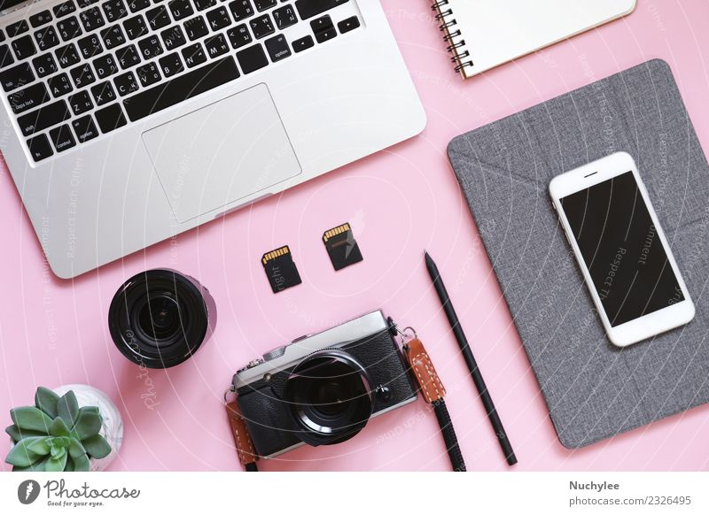 Desktop-Flachbildaufnahme des Arbeitsplatzes Schreibtisch Lifestyle Tisch Arbeit & Erwerbstätigkeit Büro Business PDA Computer Notebook Bildschirm Fotokamera