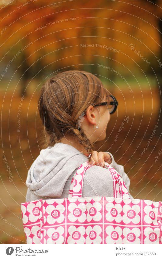 ich geh dann mal Blümsche sammeln feminin Mädchen Kindheit 1 Mensch 8-13 Jahre Natur Herbst Baum Wald Tasche Haare & Frisuren brünett rothaarig langhaarig Zopf