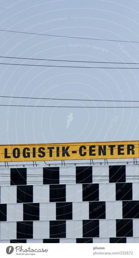 Optische Täuschung Güterverkehr & Logistik Farbfoto Außenaufnahme Muster Menschenleer Tag Kontrast Zentralperspektive Quadrat Logo Buchstaben Wort Großbuchstabe