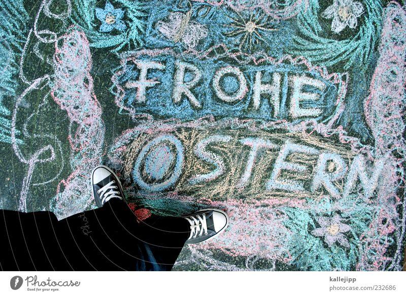das haben wir uns verdient! Ostern Mensch Mann Erwachsene Beine Fuß 1 Turnschuh Zeichen Schriftzeichen stehen Kreide Straße zeichnen malen Strassenmalerei