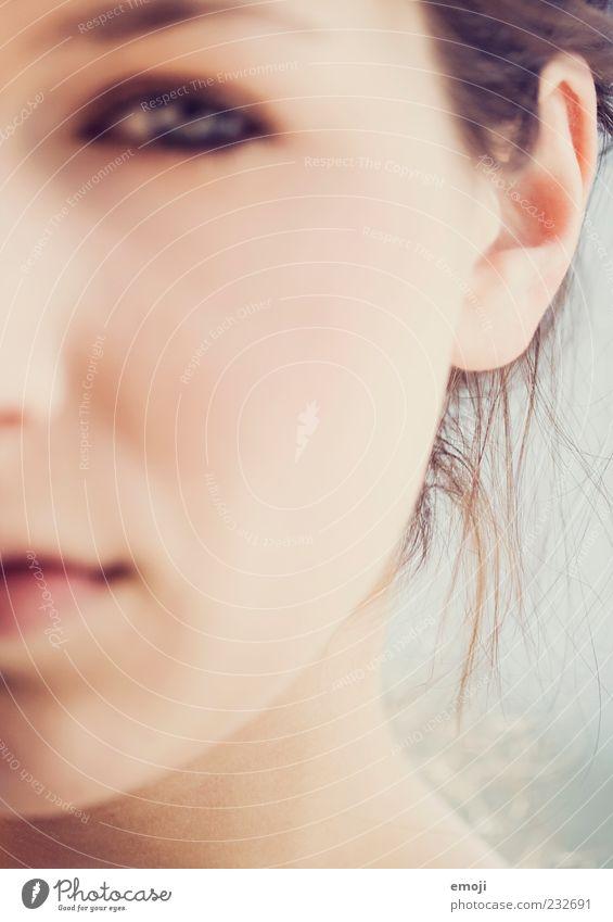 - feminin Junge Frau Jugendliche Haut Kopf Gesicht 1 Mensch 18-30 Jahre Erwachsene weich Ohr skeptisch Farbfoto Außenaufnahme Unschärfe Schwache Tiefenschärfe