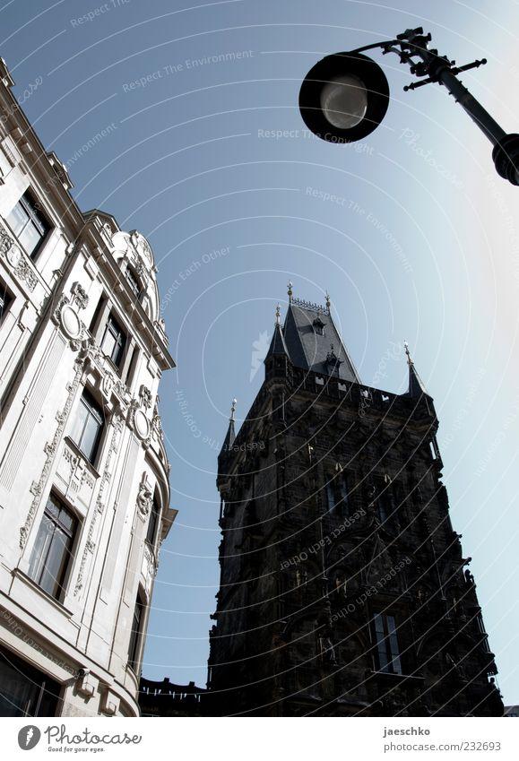 Prager Frühling V weiß schwarz Haus Architektur hoch groß Tourismus Turm Bauwerk historisch Straßenbeleuchtung Wahrzeichen Stadtzentrum Hauptstadt