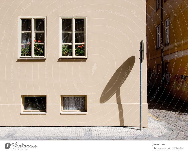 Prager Frühling VI Stadt Haus Straße Fenster Wohnung Fassade Autofenster Häusliches Leben Sauberkeit einfach Dorf Bürgersteig Kopfsteinpflaster Straßenbelag Langeweile Surrealismus