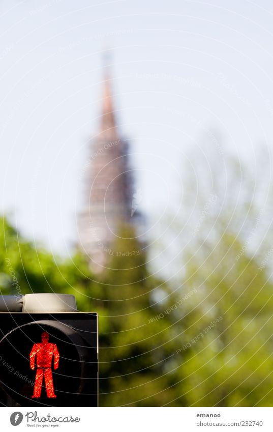 stehen geblieben Natur Landschaft Himmel Baum Stadt Stadtrand Altstadt Kirche Bauwerk Sehenswürdigkeit Wahrzeichen Verkehr Straße Wegkreuzung Ampel