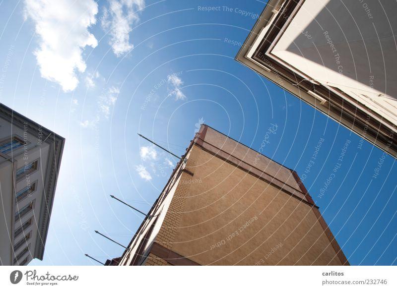Göttinger Ecken IV blau Wolken Haus Fenster Wand Architektur Mauer Fassade ästhetisch Schönes Wetter Backstein Neigung Fahnenmast Wolkenloser Himmel