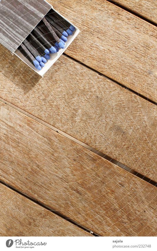 blau sein blau schwarz Holz braun offen liegen Tisch Streichholz Schachtel gleich einheitlich Holztisch