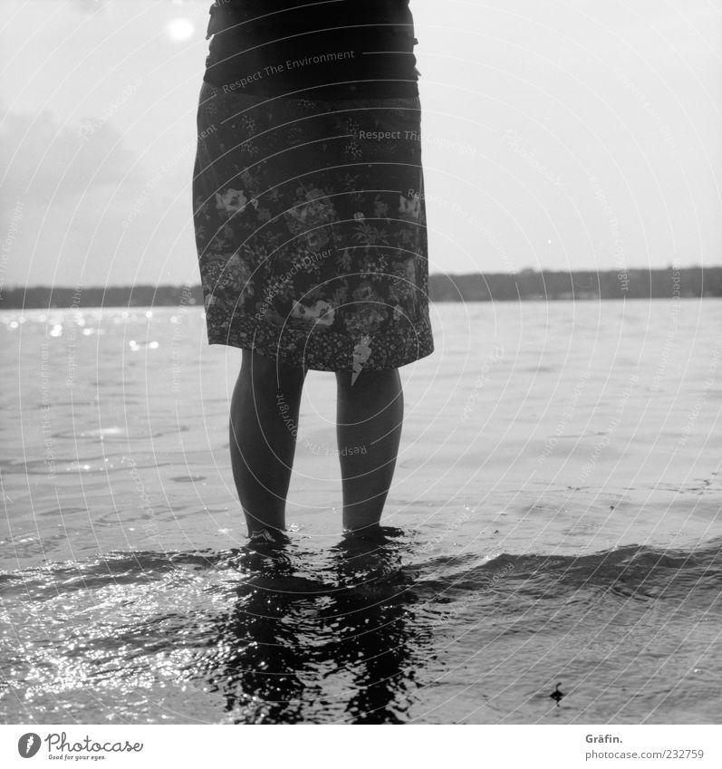 Am Wannsee Mensch feminin Frau Erwachsene Beine 1 Wasser Seeufer Rock Erholung genießen stehen grau Ferien & Urlaub & Reisen Natur Schwarzweißfoto Außenaufnahme