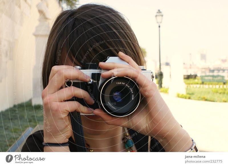 wie die zeit vergeht Jugendliche Fotografie einzigartig Fotokamera machen brünett Fotografieren Linse Auslöser fokussieren haltend