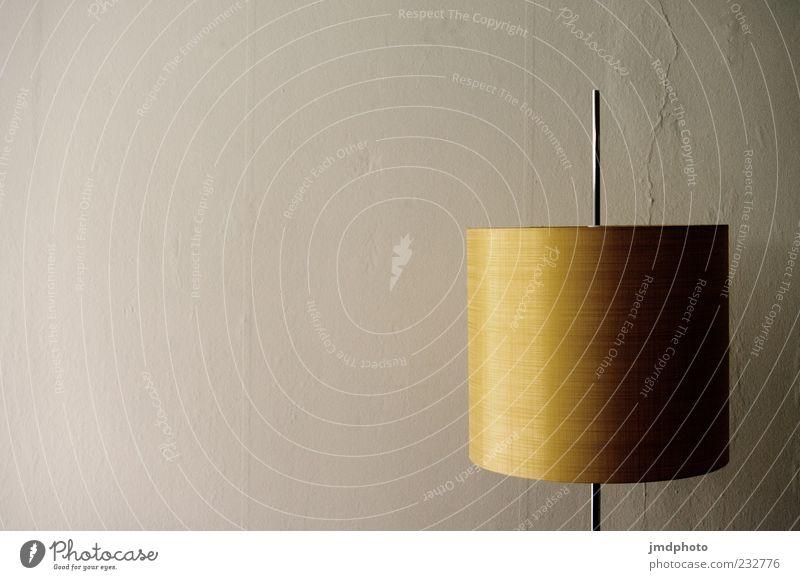 Lampe und Wand alt weiß gelb braun Design authentisch trist rund retro Kitsch Vergangenheit Sechziger Jahre Siebziger Jahre Originalität