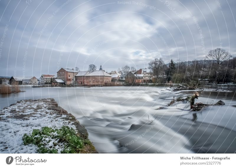 Fluss und Stromschnellen im Winter Tourismus Wellen Schnee Umwelt Natur Landschaft Wasser Himmel Wolken Sonne Wetter Wind Eis Frost Flussufer Wasserfall Dorf