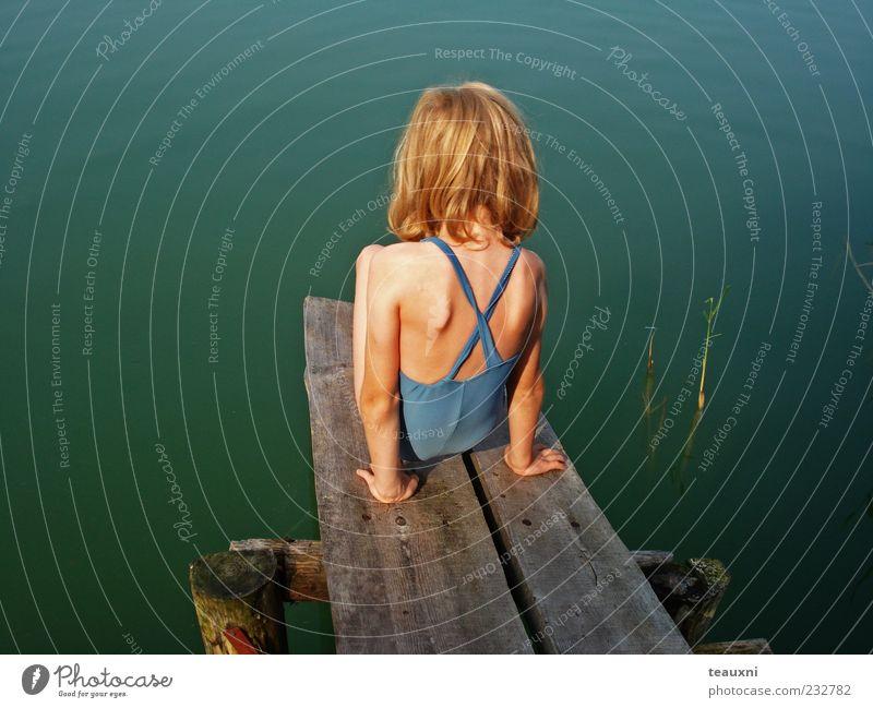 meer seen... Mensch Kind blau Wasser grün Mädchen Sommer feminin Kindheit sitzen Schwimmen & Baden warten Vertrauen Seeufer Mut Steg
