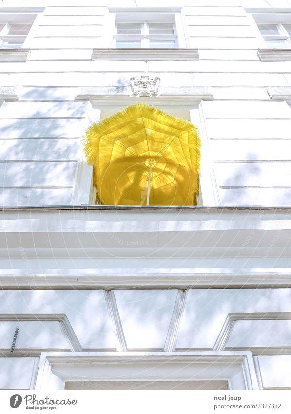 Balkonia Ferien & Urlaub & Reisen Wohnung Stadt Altbau Fassade Fenster Sonnenschirm leuchten einfach Billig gelb Gelassenheit Einsamkeit Erholung