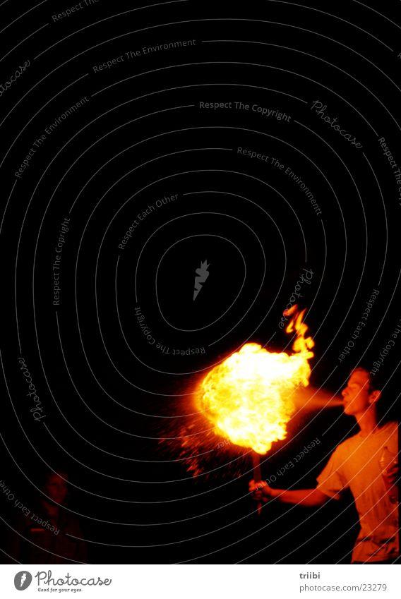 feuerspuck Mann dunkel hell Brand Flamme