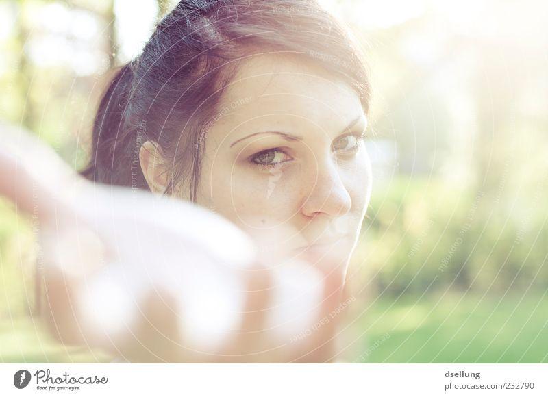 Lass mich auch mal! Mensch Jugendliche Hand grün schön Erwachsene Wiese feminin braun 18-30 Jahre Wunsch Sehnsucht Junge Frau geben Gegenlicht Frau