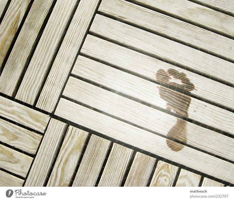30 Fuß Holz nass Sommer Steg Fußspur Sauna Menschenleer Textfreiraum links Textfreiraum oben Tag Vogelperspektive Barfuß 1