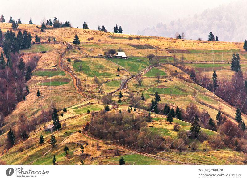 Bergdorf an den Hängen. Frühlingslandschaft schön Ferien & Urlaub & Reisen Tourismus Sommer Berge u. Gebirge Haus Garten Umwelt Natur Landschaft Wassertropfen