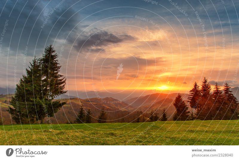 Frühling bunter Sonnenuntergang. Grüne Hügel im Bergtal schön Ferien & Urlaub & Reisen Tourismus Sommer Berge u. Gebirge Umwelt Natur Landschaft Himmel Wolken