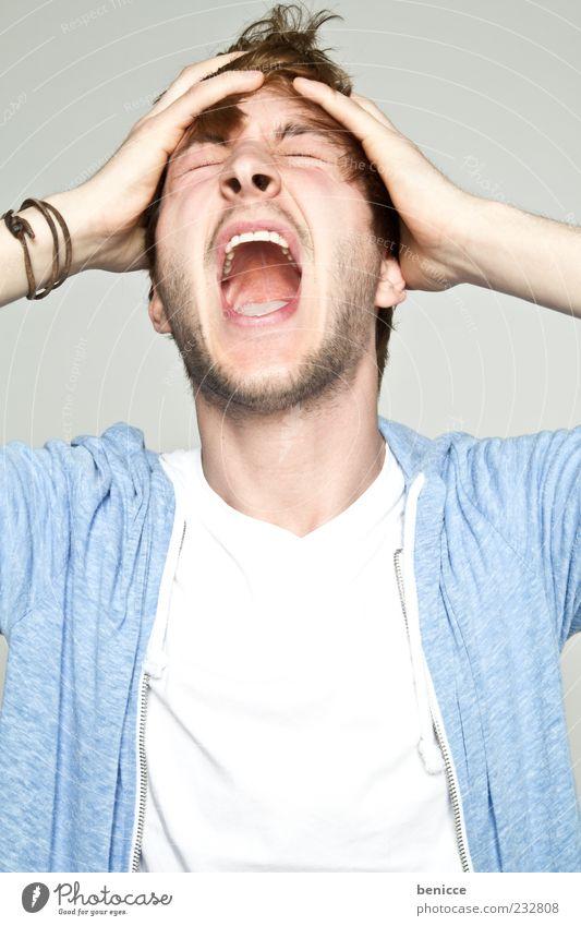 lass es raus Mann Mensch Jugendliche durchdrehen schreien Mund offen Wut Aggression Kopfschmerzen Studioaufnahme Einsamkeit Isolierung (Material) Freisteller