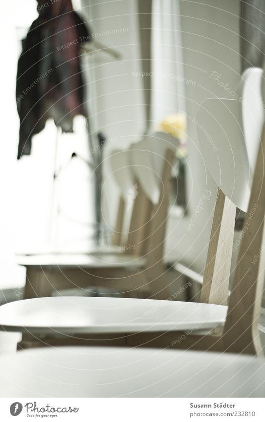 warten. Warteraum Stuhl Kleiderständer Kleiderbügel leer Praxis Pünktlichkeit Gedeckte Farben Innenaufnahme Nahaufnahme Tag Jacke Bekleidung Detailaufnahme