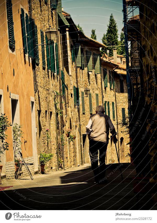 Altstadt mit Einwohner Mensch Ferien & Urlaub & Reisen Mann alt Sommer Haus Freude Leben Wand Gesundheit Senior Familie & Verwandtschaft Gebäude Glück Mauer