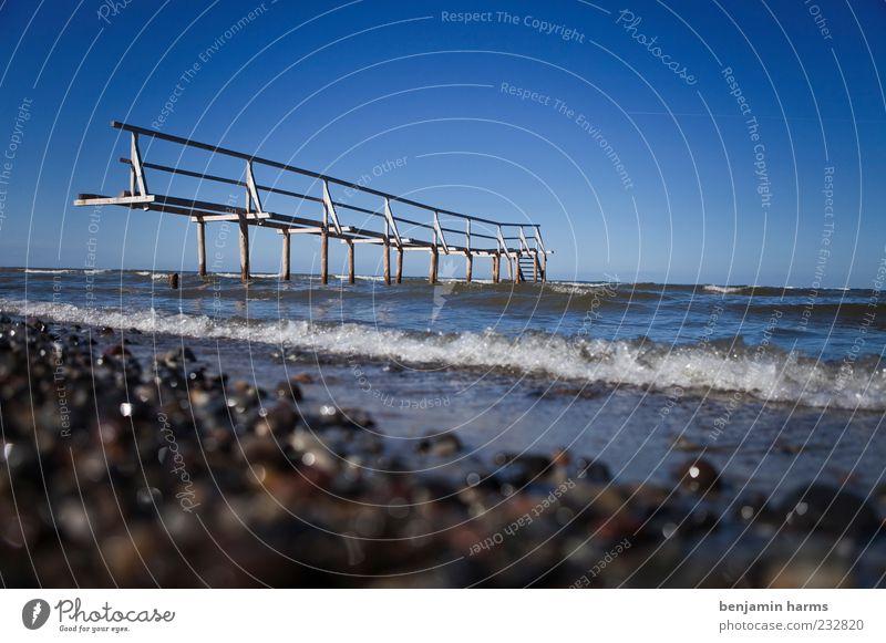 tag am meer #6 Meer Strand ruhig Landschaft Küste Wellen Schönes Wetter Geländer Ostsee Steg Brandung Wolkenloser Himmel Blauer Himmel Kieselstrand