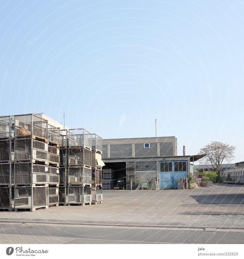 logistik Arbeitsplatz Industrie Handel Güterverkehr & Logistik Unternehmen Himmel Baum Industrieanlage Fabrik Platz Bauwerk Gebäude Architektur trist Farbfoto