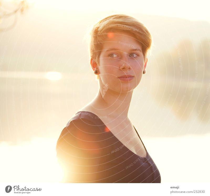 LICHT Mensch Jugendliche Sonne Erwachsene Gesicht gelb feminin Kopf Wärme hell leuchten Coolness 18-30 Jahre Lächeln Junge Frau trendy